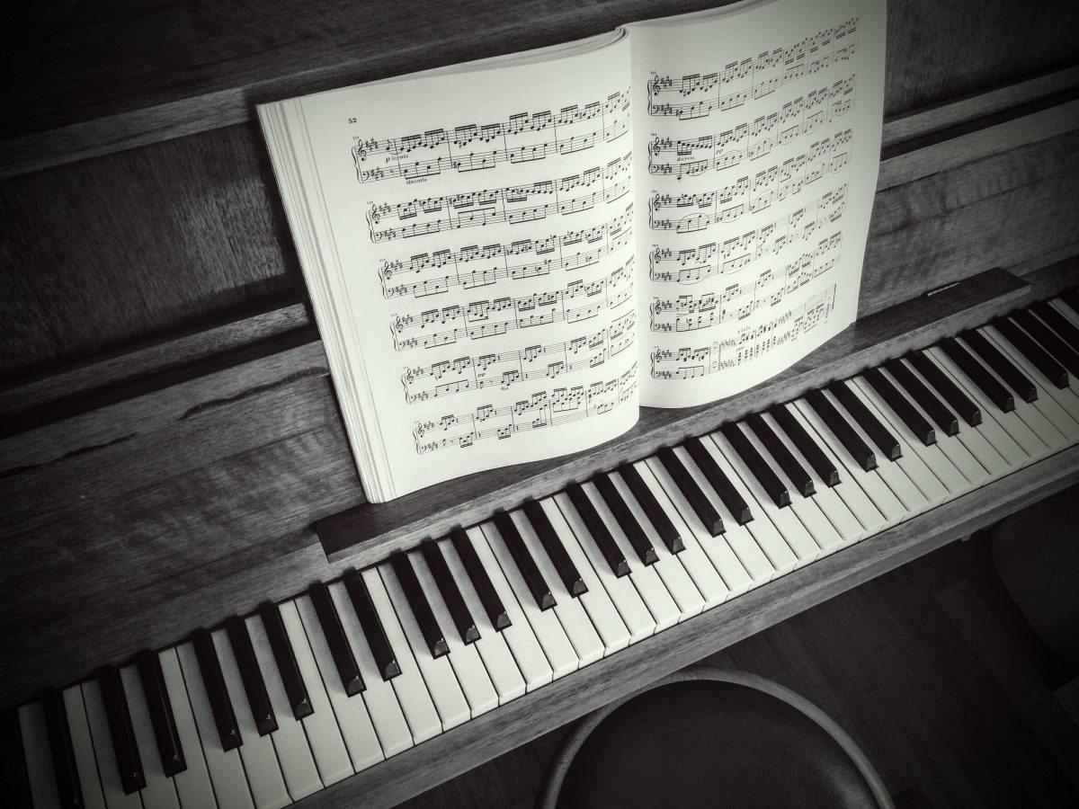 Foto eines Klaviers mit Noten.