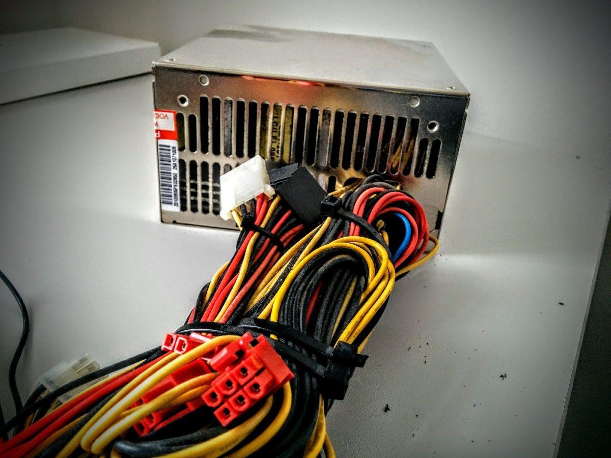 Foto eines verstaubten alten Server-Netzteils.