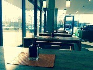 Tische, Fenster, Autos, ein Bus, die Hochschule Regensburg