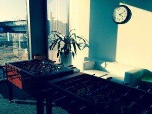 Zwei solide Kickertische, eine Couch für die Spielerinnen auf der Warteliste und eine Pflanze.
