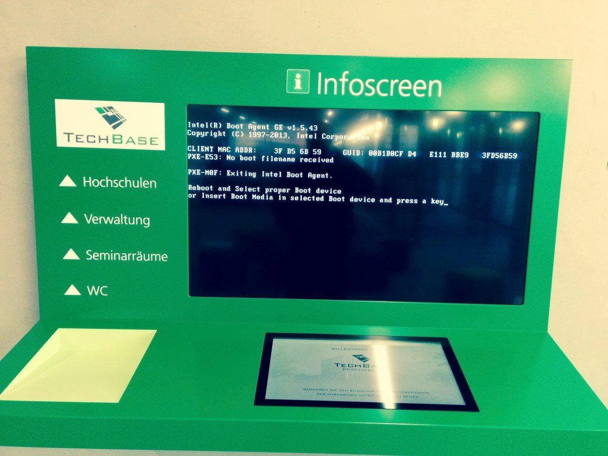 Foto zeigt die Informationsarchitektur im Eingangsbereich des TechBase Innovationszentrums Regensburg