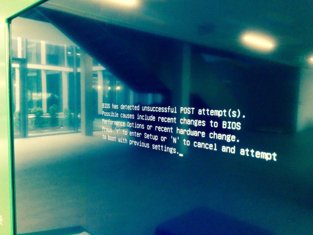 Foto vom Infoscreen im Eingangsbereich der TechBase Regensburg, das eine Fehlermeldung zeigt