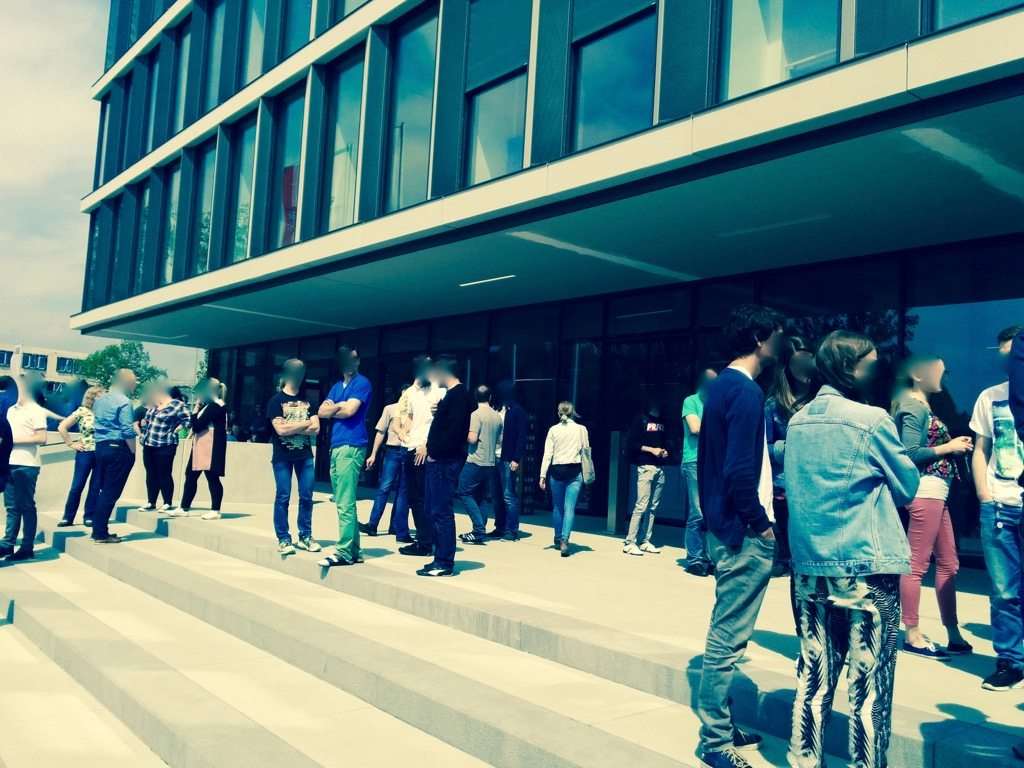 Foto zeigt Mieter und Mieterinnen vor dem Eingang zum Gebäude der TechBase Regensburg warten