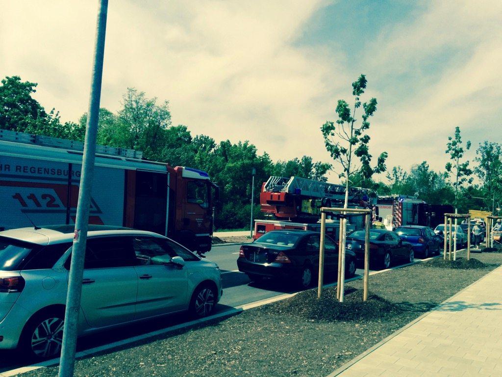 Foto zeigt mehrere Feuerwehrautos parkend vor dem Gebäude der TechBase Regensburg
