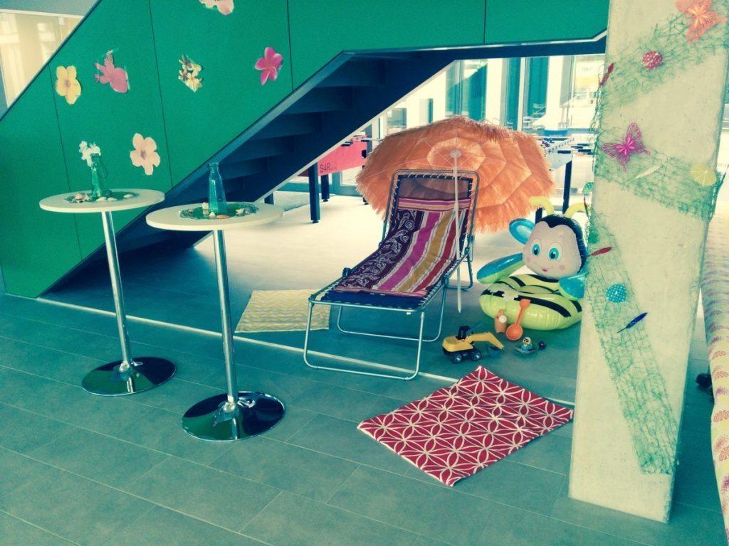 Foto zeigt Requisiten für das Karibik-Feeling im Foyer der TechBase Regensburg