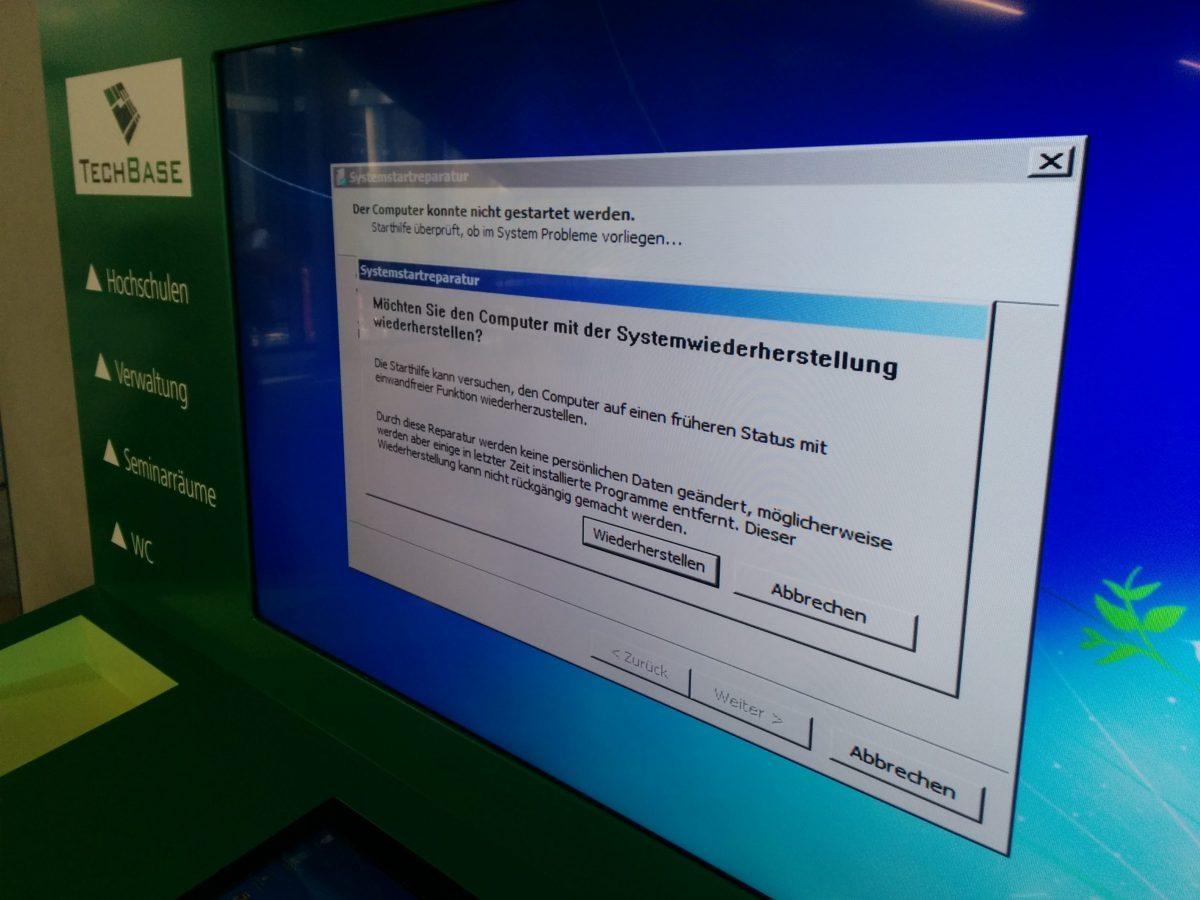 Foto vom Informationsbildschirm im Eingangsbereich der TechBase Regensburg